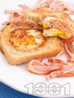 Пържени филийки в масло с яйца по средата и бекон (сандвич на тиган за закуска) - снимка на рецептата